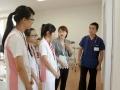 201507_日本招待研修旅行 説明に聞き入る学生